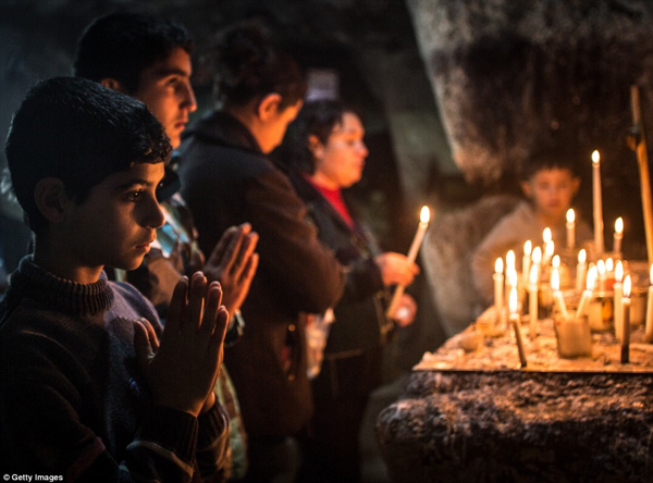 Christmas Refugees Praying