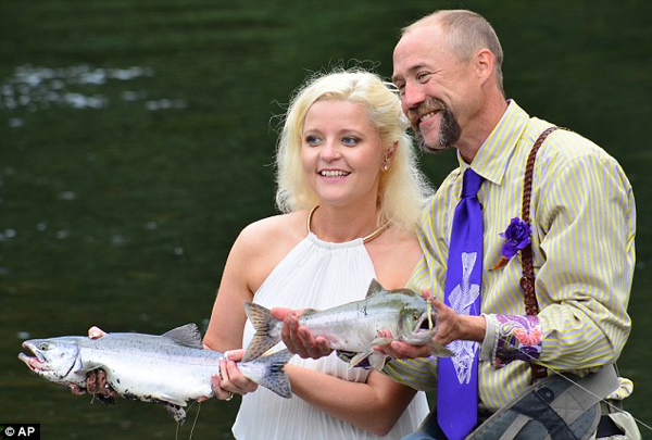 River Wedding Bride&Groom&Salmon