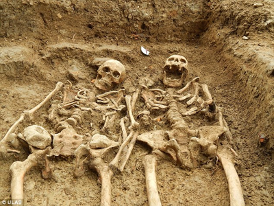14Th Century-Skeletons-Holdinghands-1
